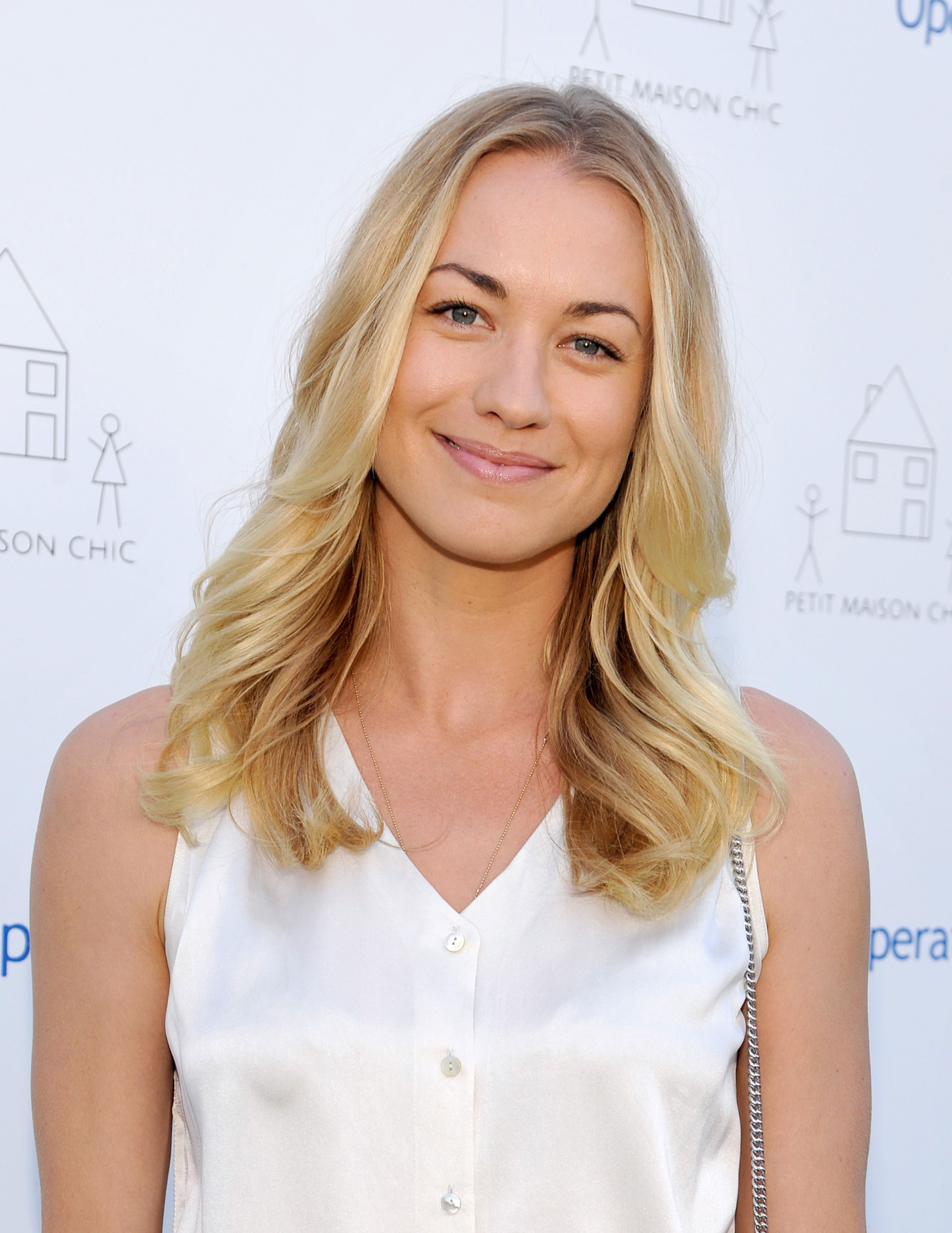 Who is yvonne strahovski currently dating 1