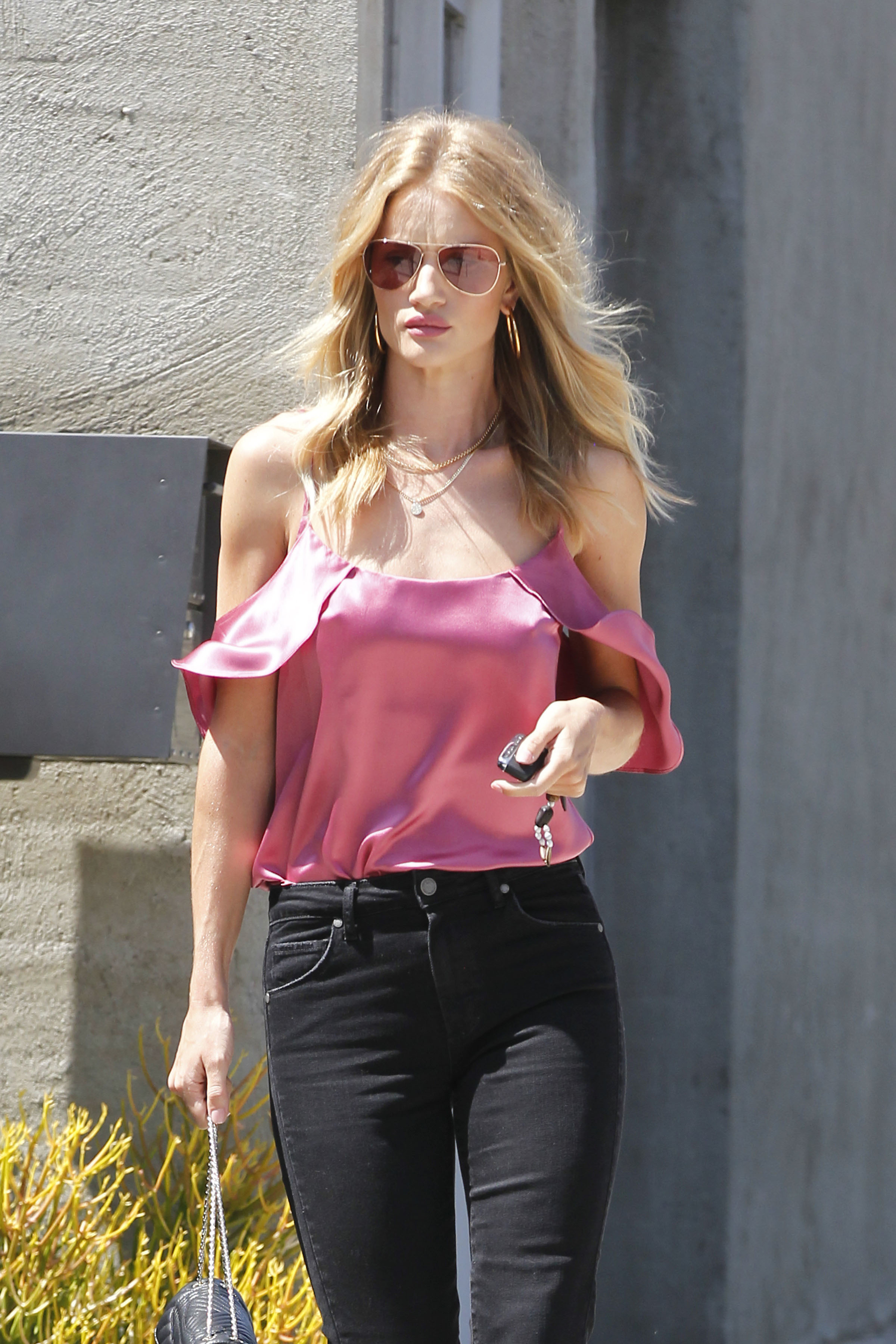 Page 3 Pics >> Rosie Huntington-Whiteley West Hollywood 12th July 2016 1 - Satiny
