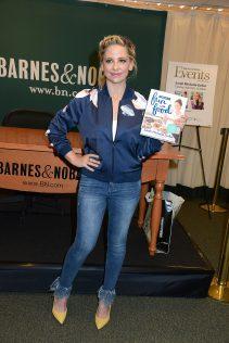 Sarah Michelle Gellar Stirring Up Fun With Food New York Signing 43